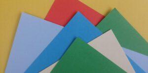 gekleurde vellen papier