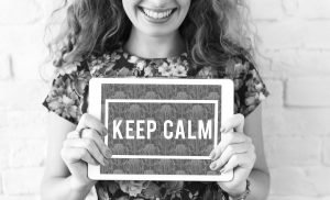 To be young - vrouw met bordje keep calm